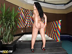Tranny Fernanda Souza loves showing that body and toying her ass