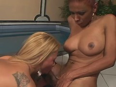 Gal sucks ebony tranny in threesome